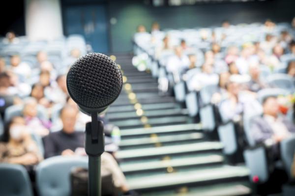 Làm chủ cảm xúc khi thuyết trình trước đám đông